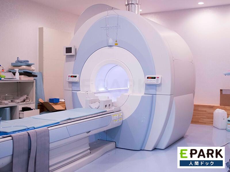 MRI機器で、脳の状態について検査を行います。