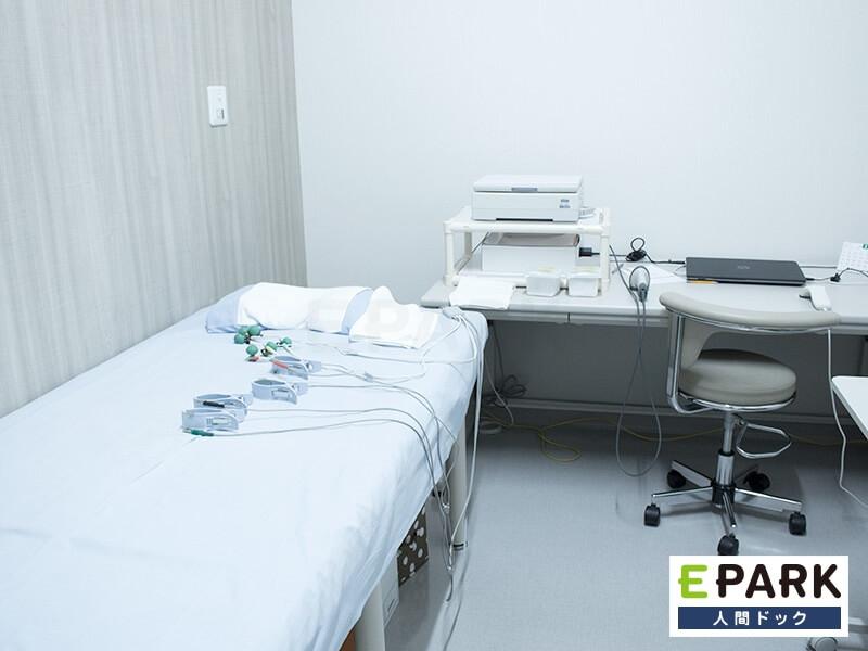 白を基調とした検査室。