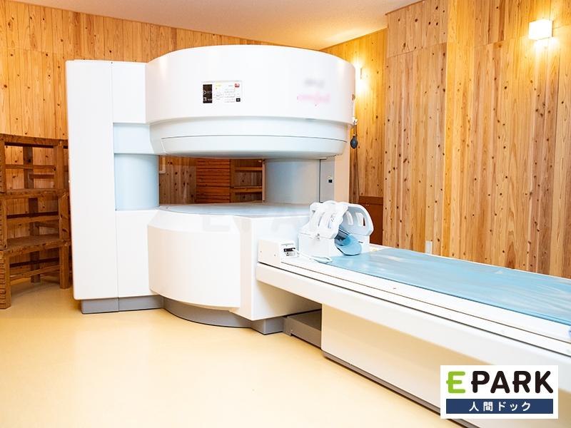 オープン型MRI装置を使って検査を行います。総杉壁の検査室です。