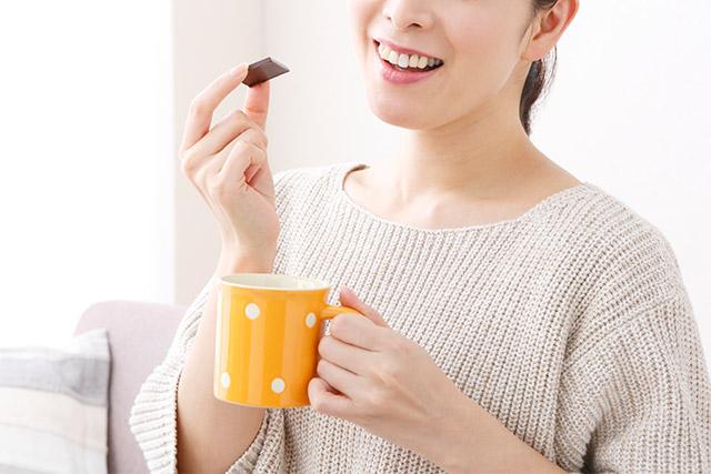 チョコレートとコーヒーが好きな女性