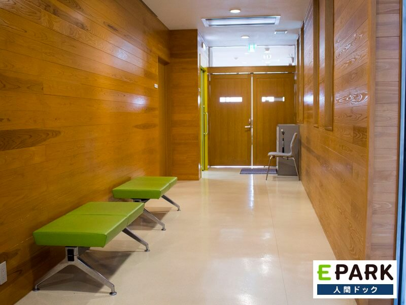 宇都宮脳脊髄センターは木材を活かしたホテルのような建物です